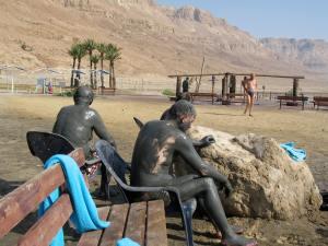 Israel-Travel-Dead-Sea-mud-bath_3